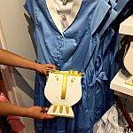ベルのドレスには、チップのバッグ。