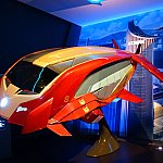 これが今回のスターク・エキスポのために開発された「アイアン・ウィング」。アーク・リアクターが動力源になっており、ジャーヴィスが運転を制御します。ゲストを乗せて香港市街にあるスターク・タワーまで飛行します。