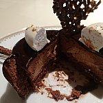 上の白いものと中の薄い茶色いムースがアールグレイ、周りや濃い茶色はチョコレートのお味でした。