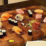 夕食ブッフェには寿司や刺身もありました。