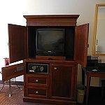 ブラウン管のテレビとセーフティボックス。その他のスペースは空いてます。