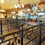 店内はオシャレ!待ち列の柵がスプーンなどになっています。