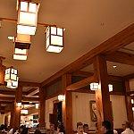 店内は、明るくてテーブルも大きいです。