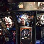 ヒーローたちの写真が。この中の壁面には大きなS.H.I.E.L.D(シールド)のマークが描かれています。
