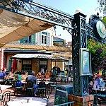 """""""M""""はフレンチマーケットレストラン。ジュレップバーは奥の屋根の下にひっそりとあります"""