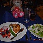 サラダが嬉しい🥗 ベリーヨーグルトグリルチキンが美味しかったです!!