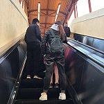 エスカレーターか階段で歩道橋を上がります。