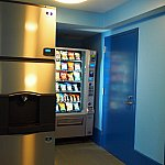 製氷機とお菓子の自販機は各棟にあります