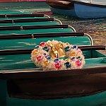 ボートにはクリスマスリースが飾られています