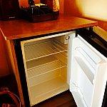 冷蔵庫も完備。空なので、外から購入したものも入れて置けるのは便利。