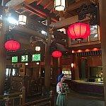 天井が高く赤い提灯が印象的な店内。