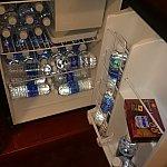 客室の冷蔵庫。右上に小さく冷凍用のトレイがあります。
