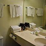 バスルーム。タオル、バスタオルも余分にあり助かります。しかし換気扇を止められると鏡も洗面台のグッズも全体曇ります^^;