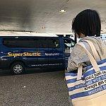 スーパーシャトルを待ってる人の図