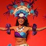中盤では情熱的なタヒチアンダンスを披露。