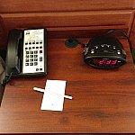 電話と時計とメモ用紙。このテーブルの引き出しには聖書が入っていました。アメリカならではですね!