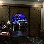 レストランの入り口です。奥にお洒落なバーが見えます。
