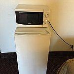 レンジと冷蔵庫。レンジのコンセントを外してスマホの充電などをしてました。