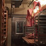 お肉の冷蔵庫①ここでお肉を切っているようです。