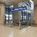 ここからは浦東空港の第2ターミナルの到着ロビーからタクシー乗り場までの様子です。このエスカレーターを降ります。