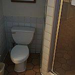トイレとシャワールームです。なぜ、シャワールームとバスが離れているんでしょうか。。。
