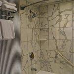 バスルームのシャワーは固定式。やはり、洗面器を持って行くと助かります。