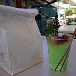 ミントジュレップは見た目も味も爽やか♪ベニエはこの紙袋にいれてもらえます。