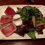Tuna Nicoise Salad。マグロのたたきのサラダは$15.99で、ポーチドエッグがのってきます。ちょっとコスパが悪いです。あまり美味しくなかったです。特に日本から来た方にはこのマグロは美味しくないと思います。