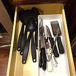 小さめのナイフなどあるにですが、、カッティングボードは見当たらず。。あったのかしら??