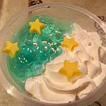 青のゼリーは少し酸味がありますが、生クリームと下のババロアは甘い