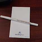 メモ用紙とペンにもちゃんとWalt Disneyの文字が。