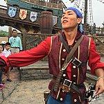 客いじりをする海賊のお兄さん