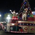ミッキーとミニーはパレードで初のニューフェイスです。
