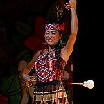 終盤ではポイボールを操りマオリ族のダンス。