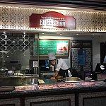"""店名の""""耶里夏丽""""とはウイグル語で地球という意味です。一番右端、サービスカウンターの前にあるお店です。"""