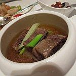 牛テールのスープ。後ろをよく見ると撮り忘れた海鮮炒めが・・・!笑