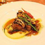 牛肉と茸のソテー クリーミーポレンタ エシャロットソースと山葵オイル
