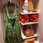 各テーマドレスには、そのドレスに合うバッグやカチューシャなどのアクセサリーも一緒に揃えられています。