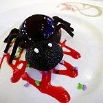 ハロウィンの日の夕食は、リクエストするとスパイダーチョコレートケーキを食べることができます!