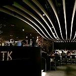 なんと言ってもこの天井のウェーブがこのレストランのインテリアの一番印象に残るデザインです。