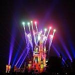 シーンに合わせて色鮮やかな花火とサーチライトがひろがります!