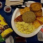 ダイニングプランが無料で付いていたので、1回だけフードコートで朝ごはんを食べました。2人で分けて食べましたが、朝からこのボリューム・・・。食べ切れませんでした