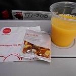 成田を離陸後すぐに出されたお菓子とジュースです。飲み物は結構頻繁に来てくれました♪