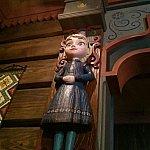 柱に取り付けたエルサのお人形。本物は凄く可愛いです💖