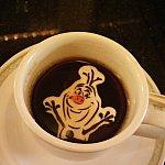 オラフのチョコをブラックのコーヒーに投入・・・