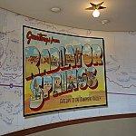 これと同じポスターがカリフォルニアのカーズランド入り口に立て看板として飾ってあります。