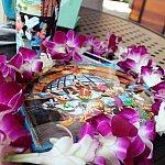 アウラニのサイン帳と生花のレイ