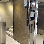エレベーターホールにはホテルの門番のオジさんがいます。写真を撮られたく無いようで隠れちゃいました😅