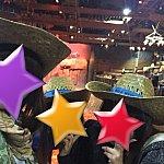 エントランスでチームごとの色に分かれた帽子を貰います♪