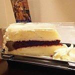 こちらがレッドベルベッド、ホイップクリーム付きです。チーズケーキなので甘すぎませんが、大きい。